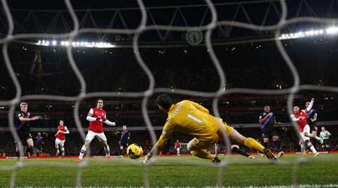 Arsenal's Alex Oxlade-Chamberlain (R) scores a goal against Crystal Palace during their English Premier League soccer match at the Emirates stadium in London (Reuters)