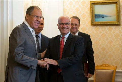 Russian Foreign Minister Sergey Lavrov, left, shakes hands with Palestinian negotiator Saeb Erekat, right, prior to their talks in Moscow, Russia, Tuesday. (Source: AP photo)