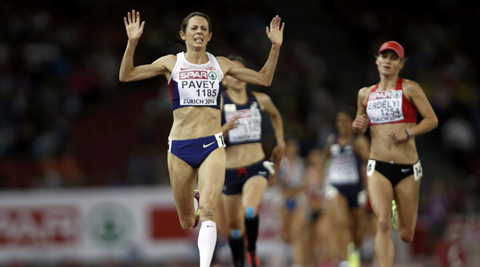 Jo Pavey of Britain (L) celebrates winning the women's 10000 metres final (Source: Reuters)