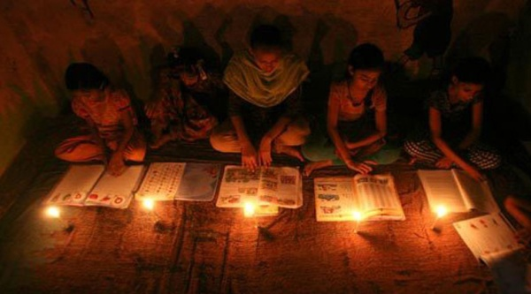 Financial metropolis Mumbai was plunged into darkness for most of Tuesday, amid a row between private generators and regional distributors. (Reuters)