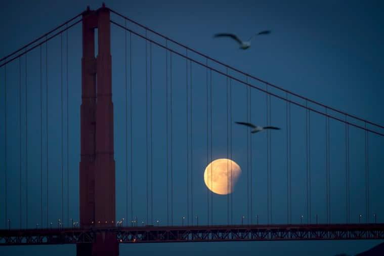 Super Blue Blood Moon Rises Above San Francisco (Bloomberg)